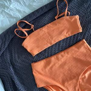 Säljer denna helt oanvända bikinin från Weekday. Underdelen är högmidjad och man kan ta av banden på överdelen💕