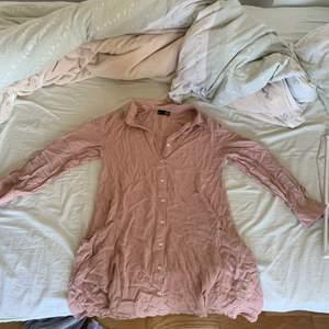 En super gullig puderrosa skjortklänning, tyvärr har jag inte hunnit stryka den men den är super fin när man har på sig den, frakten ingår inte i priset😊 storlek S men passar XS också