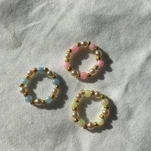 Tre jättefina handgjorda elastiska ringar som passar perfekt nu till våren och sommaren! Den guldiga färgen har tyvärr gått av lite så därför kostar varje ring 15 kr men om du köper alla tre får du dem för 30 kr!🥰