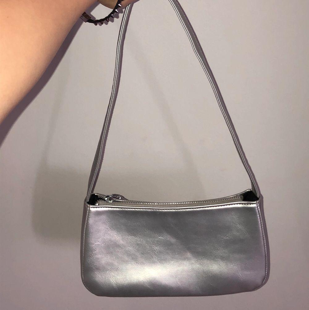 Superfin silvrig väska!! Endast använd en gång💓. Väskor.