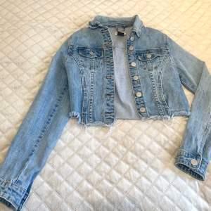 Jeansjacka från Fashion Nova. Storlek xs. Fint skick.
