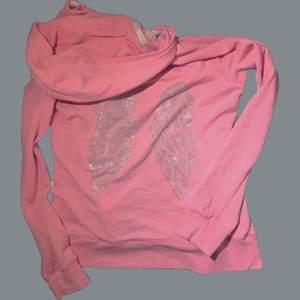 Hoodie från victoria secret med ängelvingar i strass på ryggen, påminner väldigt mycket om 2000-talet 💞.  Vid många intresserade blir det budgivning :3