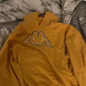 Gul hoodie i bra skick