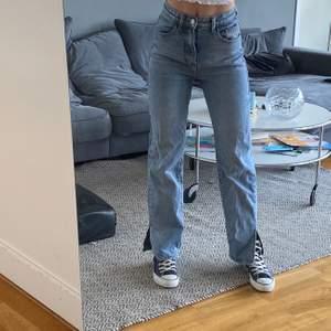 jeans med slits i storlek 32! jag är 165 cm lång ☺️