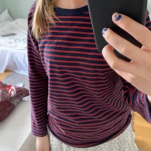 Säljer denna fina tröja från zara barn! Köptes för ca 2 månader sedan och använd ca 3-4 gånger😻😻Den är i 140 barn men är mycket stor i storleken så skulle säga att den sitter som Xs-S!!Köp direkt för 150kr!