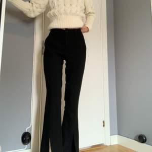 Perfekta kostymbyxorna med hög midja och slits från YAS, perfekt skick men tyvärr i kortaste laget för mig som är 170cm.