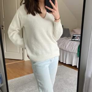 Säljer denna super mysiga och snygga tröjan från HM! I oversize fit som gör den extra mysig, i super bra skick och är inte alls stickig. Kan skicka fler bilder vid förfrågning 🤍🤍