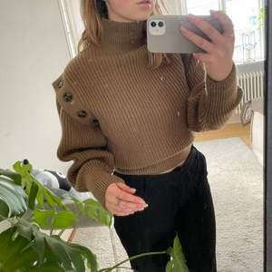 Snygg och unik stickad tröja med lite detaljer vid axlarna. Som ny!! Budgivning startar vid 130 men går att köpa direkt för 200kr (exkl frakt)