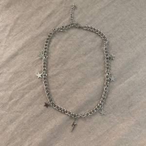 Populärt kort halsband, silverfärgat. Justerbart så man kan få det kortare/lite längre. Aldeig använt, nyskick. Frakt +13kr