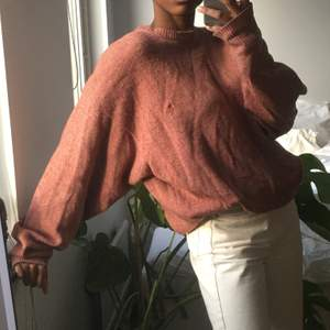 Skön rosa tröja, inte särskilt tjockt stickad alls. Perfekt nu till vår alltså! Funkar utmärkt o ha oversize om så önskas💜