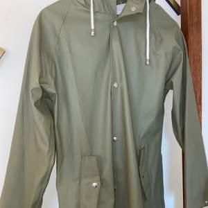 Snygg grön regnkappa/regnkappa med knappar och luva. I princip oanvänd. Köparen står för frakt 🥰