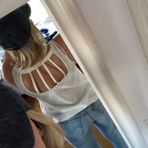 Vitt tunnt linne från Vero Moda med ett fint mönster i ryggen. !!!!!OBS!!!! linnet är inte lika genomskinligt i verkligheten som på bilderna!!!! Linnet är i st xs men passar även s.