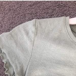 Pastellgrön t-shirt, knappt använd. Har stl S men är stretchig och passar nog flera storlekar. Jättebra skick! 💚💚