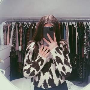 Superfin stickad tröja som aldrig är använd. Köpt för 500kr på Vero Moda. Kommentera för frågor och skriv för fler bilder💕 Pris går alltid att diskutera men frakten ingår ej!🦋