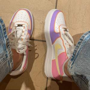 Jag äger UF-företaget Shoe Mania UF och dessa skor har jag designat till mig själv, men eftersom vi behöver pengar till företaget så måste jag nu sälja dom. Har endast använt dom 3 gånger och dom är i mycket bra skick. Ordinarie pris: 1298kr
