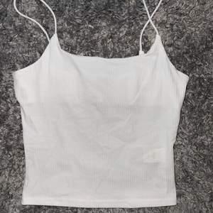 Väldigt fint vitt ribbat linne, lite genomskinlig
