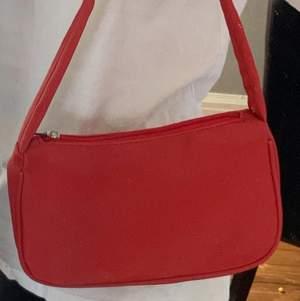 super fin o helt oanvänd väska! super bra skick! den är röd!💞 inga fel på den alls den kommer bara inte till användning!💞