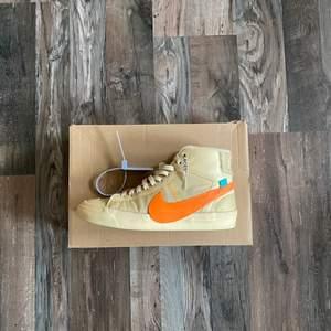 Säljer nu dessa feta off white x nike blazer Hallow eve skor i us 8/41 cond är 8/10 o zip tie med följer! Självklart äkta! Ett par nya går för runt 7-8k, checka gärna min insta för mer skor @clearoutse!