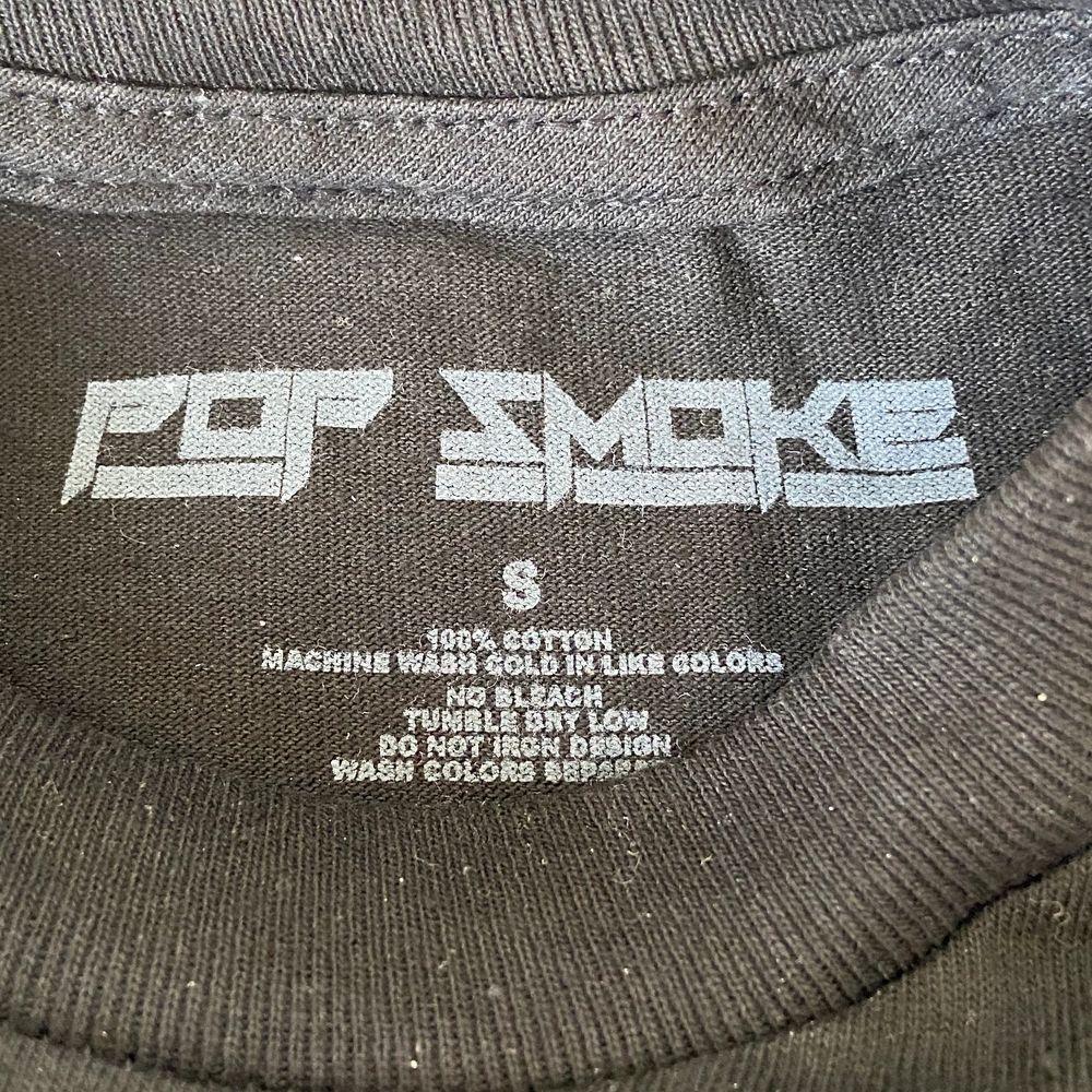 Officiell Pop Smoke merch! Longsleeve med tryck på bröst och ärmar. Helt ny endast upptagen ur förpackning. Kvitto finns. Buda i kommentarerna! Inga skambud 🙏 Möts upp i Stockholm eller så står köparen för spårbar frakt! 📦. Tröjor & Koftor.