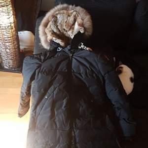 Parajumpers long bear parkas jacka, använd ett fåtal gånger,  nypris 10,500. prisförslag 6900,- eller byte mot herrjacka i liknande klass.