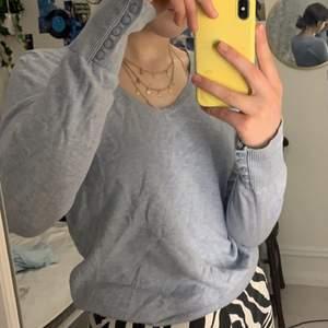 Ljusblå långärmad v-ringad tröja med knappar på armarna! Storlek S! Säljer för 80kr + frakt 💕💕