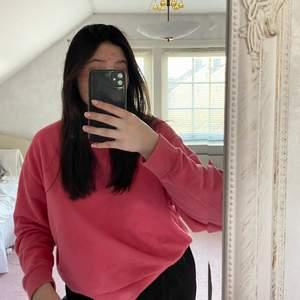 Färg: Rosa (åt det mörkare hållet). Cond: 9/10. Pris: 150 kr inklusive frakt! Extra: Boxig och oversized som sitter bra på mig som är M!