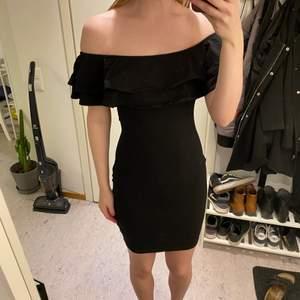 Oanvänd superfin svart off shoulder klänning med volanger!