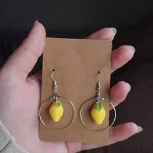 Säljer små söta citronörhängen, finns i 3 modeller! En hoop, en kort och en lite längre. Själva hänget är gjort av sterling silver och är nickelfria! Finns flera av varje så bara att säga vilken modell man vill ha💓 Säljer för 60kr + frakt! Kolla gärna in min etsyshop MaJewellerySE för mer!