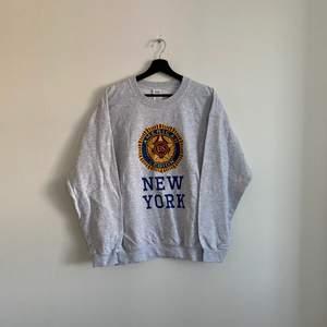 """Vintage """"NEW YORK"""" sweatshirt. Den är i mycket bra skick och i storlek L, hänvisa till modellen som är 180cm"""