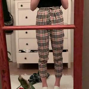 köpte dessa på plick för ett tag sedan men har tyvärr vuxit ut de. Byxorna är en lite kortare modell men för de som har kortare ben än jag som är 170 sitter de nog perfekt! Det är inget fel på de🌞 frakt tillkommer