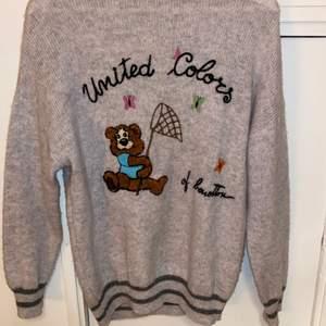 United colors of benetton tröja med gullig björn på💖 Superfin och söt men inte min stil längre✨ Står inte storlek men den sitter oversized på mig som normalt bär xs/s