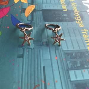 Small earrings with stars on them, good quality // små gulliga örhängen med små stjärnor på, bra kvalitet. ~ if you want more pictures with me wearing them for you to see them message me ,, om du vill ha en bättre bild när jag har på mig dom kan ba skriva t mig :)