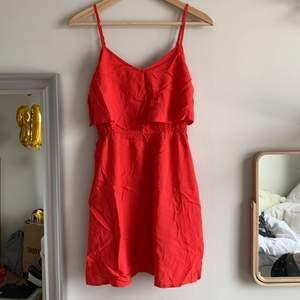 Väldigt söt röd klänning från HM, använd fåtal gånger men i väldigt fin skick, stryks såklart innan den skickas, den har en underdel så att den inte är seethrough både vid kjolen men vid bröstet
