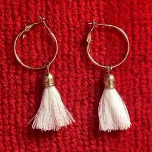 Säljer detta fina par örhängen i nyskick för enbart 20 kr