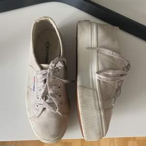 Säljer dessa trendiga Superga sneakers i storlek 37. De syns att skorna är använda men ingen som inte går att tvätta bort💓 skriv om du har fler frågor eller vill ha fler bilder💕
