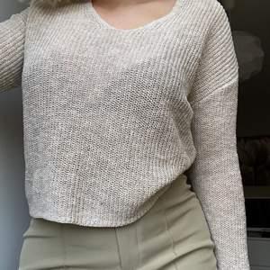 Säljer en beige stickad tröja som inte kommer till användning. Den är i storlek M och säljs för 80kr+frakt