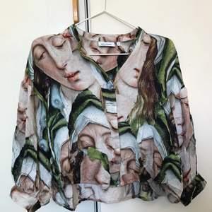 Fantastisk mönstrad skjorta från Weekday, strl XS, passar även S. I nyskick! Frakten kostar 45kr
