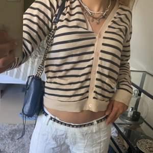 En jätte fin randig tröja, ser oanvänd ut super fin till sommaren🐝 köparen står för frakt 🐠🐠🐠 pris kan diskuteras, tror det är stolek S