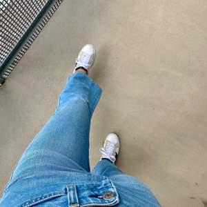 Så fina oanvända Filippa K jeans. Dom är kortare i modellen och  lite utsvängda där nere. Storlek 28 men är som 34 eller 36. Jag är 164 cm och dom är korta på mig som ni ser. Sitter super snyggt där bak och den lågmidjade höjden är perfekt. Köptes på Filippa K butiken i Linköping för 1000 kr. Direkt köp 450 kr annars BUDA!!!☺️