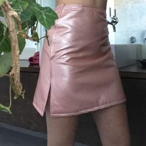 Shiny tight pink skirt Non strechty fabric  With a pink zipper                                                           Mesuranse : Waist 68 cm Length 46cm