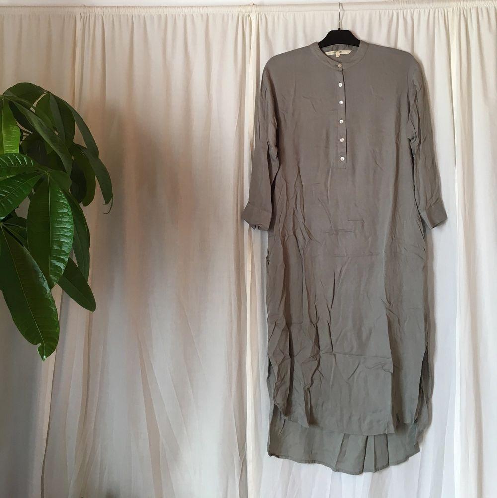 Superskön och luftig klänning från Vintage by Fe! Första bilden gör färgen mest rättvisa skulle jag säga. Det är en storlek XS men passar även dig som är en S :) Sorry för skrynklet på bild nr 2.. äger inget strykjärn hehe.. Klänningar.