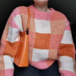Superfin stickad tröja från Gina! Älskar den men tycker inte färgerna passar mig 😔 Strl M men sitter fint oversize på den som är S eller mindre (passar även M såklart)💐                                                              - Samfraktar gärna om man skulle vara intresserad av flera plagg!                                                                           - Frakten kostar 66kr upp till 1kg & är då spårbar!
