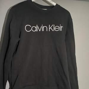 Säljer denna snygga sweatshirten från Calvin Klein från herr avdelningen i storlek L🥰