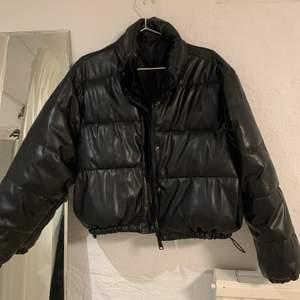 Croppad PU-jacka i fint skick, passar mig fint som är en S-M. Köpare står för frakt!💕