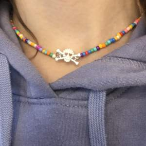 Säljer detta halsband ifrån @jewelrybijoux_, halsbandet är super fint och älskar verkligen dödskallen🌈⚡️