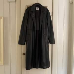 Trenchcoat i fuskläder från Zara. Stl XS, kommer med skärp i midjan (går att använda utan oxå). Jättefint skick, använd ca 1-2 ggr.
