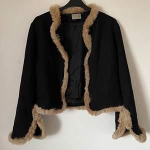 Jacka med päls från Minus, den är köpt på en vintageaffär så jag vet inte om det är äkta päls men jag tror det, köpare står för frakten