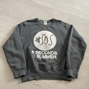 5SOS sweatshirt strl S. 66 kr spårbar frakt.  Skicka meddelande vid frågor/fler bilder! Notera att små defekter kan finnas då den inte är ny. Större brister nämns tydligt i annonsen/visas på bild. OBS! Bud är bindande!!!!!!!