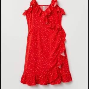 Super fin omlottklänning i storlek S men passar på XS också! Knappar finns på kläddnincen så man kan välja hur man vill ha den. Köparen står för frakt!