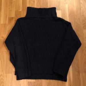Mysig mörkblå oversized stickad tröja från Factorie. Storlek M.